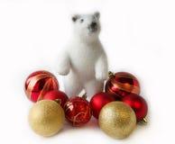 极性熊的看起来 在一个空白背景的圣诞节装饰 免版税图库摄影
