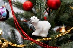 极性熊的看起来 在圣诞树的圣诞树玩具 库存照片