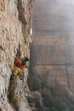 极端体育上升,室外 成功的攀岩运动员奋斗 库存图片