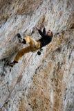 极端体育上升 成功的攀岩运动员奋斗 室外的生活方式 免版税库存图片