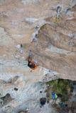极端体育上升 成功的攀岩运动员奋斗 室外的生活方式 库存照片
