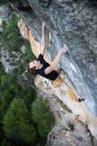极端体育上升 成功的攀岩运动员奋斗 室外的生活方式 免版税图库摄影