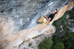 极端体育上升 成功的攀岩运动员奋斗 室外的生活方式 库存图片