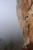 极端体育上升 成功的攀岩运动员奋斗 胜过 库存照片
