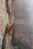 极端体育上升 成功的攀岩运动员奋斗 胜过 库存图片