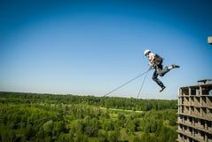 极端体育绳索跳跃 免版税库存照片