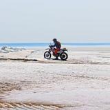 极端假期在西伯利亚 在结冰的一辆摩托车的一次旅行 免版税库存照片