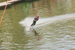 极端公园,基辅,乌克兰, 07也许2017年-乘坐Wakeboard的一个小女孩 照片五谷处理 库存照片