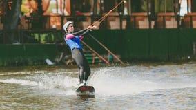 极端公园,基辅,乌克兰, 07可以2017年-一个女孩,习惯乘坐Wakeboarding 照片五谷处理 免版税库存图片