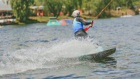 极端公园,基辅,乌克兰, 07可以2017年-一个女孩,习惯乘坐Wakeboarding 照片五谷处理 免版税库存照片