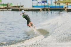 极端公园,基辅,乌克兰-可以, 07日2017年-一年轻人被实践的跳跃在Wakeboarding 处理五谷的照片 免版税库存图片