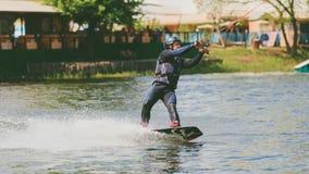 极端公园,基辅,乌克兰-可以, 07日2017年-一年轻人被实践的跳跃在Wakeboarding 处理五谷的照片 库存图片