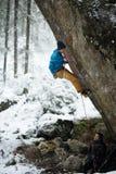 极端冬季体育 登高的攀岩运动员富挑战性峭壁 极端体育上升 自由,风险,挑战,成功 免版税库存图片