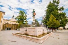 极端分子喷泉在最大赖因哈特普拉茨广场的更加狂放的曼Brunnen在老镇萨尔茨堡,奥地利 免版税库存照片
