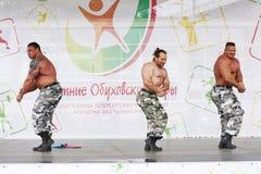 极端力量展示俄国人骑士 显示爱好健美者运动员 免版税库存照片