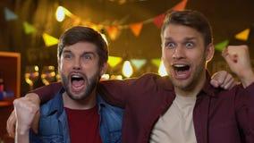 极端庆祝国家队目标和打手势在酒吧的高兴的体育迷 股票录像