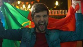 极端挥动葡萄牙旗子欣喜全国体育队胜利的高兴的爱好者 股票视频