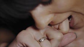 极端接近咬住她的手指的妇女由于痛苦 影视素材