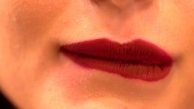 极端接近咬住她的更低的嘴唇的妇女 股票录像