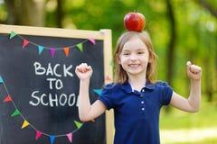 极端激动的矮小的女小学生 免版税图库摄影