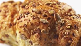 极端甜新月形面包或小圆面包酥皮点心转动的表面宏观4k英尺长度向日葵和芝麻盖的  股票视频