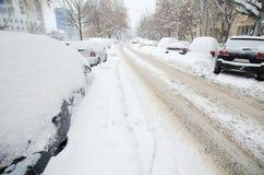 极端降雪-空的路 免版税图库摄影