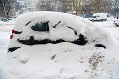 极端降雪-被困住的汽车 免版税库存图片