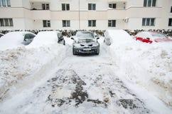 极端降雪-被困住的汽车 库存图片