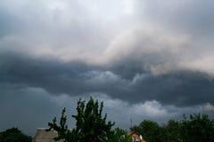 极端雷暴架子云彩 恶劣的天气夏天风景  免版税库存照片
