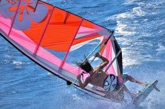 极端风帆冲浪,冲浪者` s落的片刻加速从委员会,在一场强的风暴期间,宰海卜, Egyp 库存照片