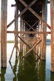 结构在U Bein柚木木材桥梁下, Amarapura在Myanm 库存照片