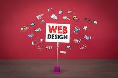 构思设计相关万维网字 在红色背景的木桌 库存照片