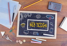 构思设计相关万维网字 在木办公桌上的黑板 免版税图库摄影