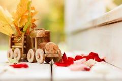 构思设计秋季心情、黄色叶子在背景和玩具训练 秋天10月或11月 免版税库存图片