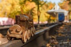 构思设计秋季心情、黄色叶子在背景和玩具训练 秋天10月或11月 免版税图库摄影