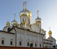 构想女修道院的金黄圆顶和十字架在莫斯科 免版税库存照片