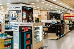 构成、Skincare和化妆产品待售在时尚秀丽百货大楼显示 图库摄影