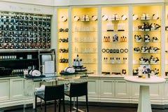 构成、Skincare和化妆产品待售在时尚秀丽百货大楼显示 库存图片