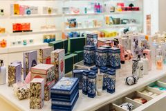 构成、Skincare和化妆产品待售在时尚秀丽百货大楼显示 免版税图库摄影