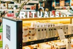 构成、Skincare和化妆产品待售在时尚秀丽百货大楼显示 免版税库存图片