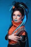 构成。低劣的发型。关闭岩石女孩画象有蓝色的 免版税库存照片