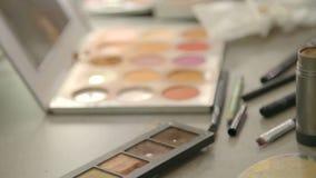 构成刷子和五颜六色的化妆调色板 股票视频