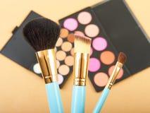 构成刷子和化妆用品 库存图片