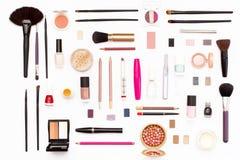 构成化妆用品、刷子和其他辅助部件在白色背景 库存照片
