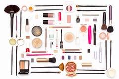构成化妆用品、刷子和辅助部件在白色背景 顶视图 库存照片