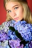 构成化妆用品和skincare 秀丽开花分数维图象夏天 有夏天构成的女孩 有八仙花属花的春天妇女 方式 免版税库存图片
