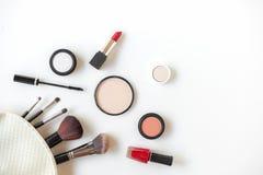 构成化妆用品工具背景和秀丽化妆用品、产品和面部化妆用品包裹唇膏,在白色ba的眼影 图库摄影