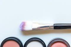 构成化妆用品工具背景和秀丽化妆用品、产品和面部化妆用品包裹在白色背景, 图库摄影