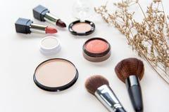 构成化妆用品用工具加工背景,并且秀丽化妆用品、产品和面部化妆用品包装唇膏,在白色bac的眼影膏 免版税库存照片