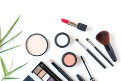 构成化妆用品用工具加工背景,并且秀丽化妆用品、产品和面部化妆用品包装唇膏,在白色bac的眼影膏 免版税库存图片